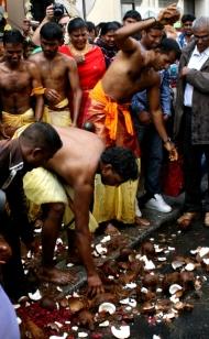 pourquoi les hindouistes cassent la noix de coco à la Chapelle, Paris?